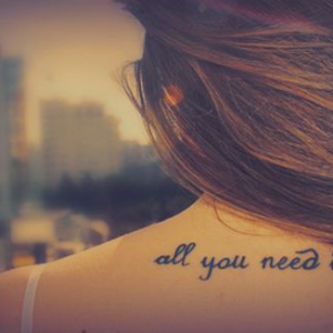 frase all you need is love para tatuar