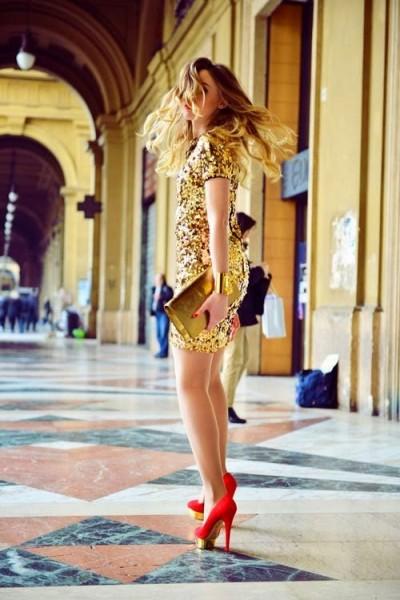 vestidos-dourados-curtos-com-salto-alto