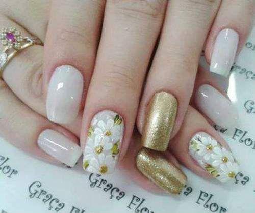 unhas decoradas com flores douradas