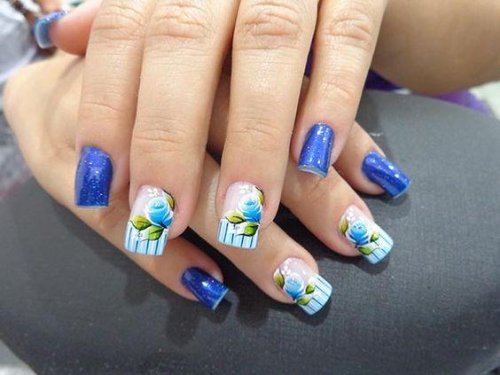 unhas decoradas com flores azuis