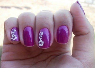 unhas decoradas com flores lilás