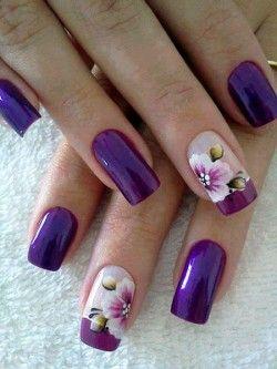 unhas decoradas com flores violeta