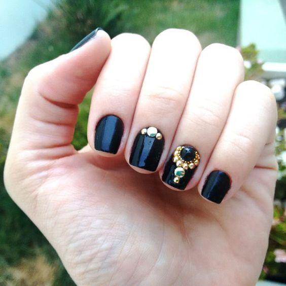 Unhas pretas decoradas com Pedras