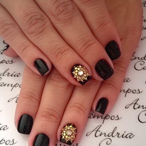Unhas pretas decorada com Pedra