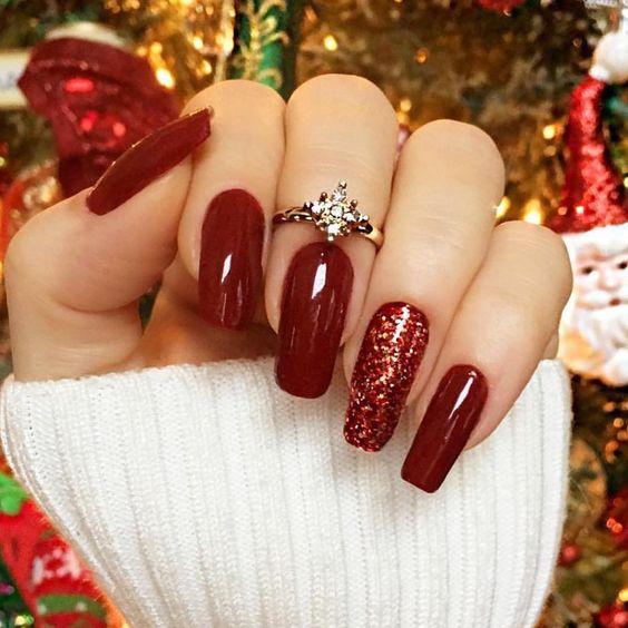 unhas decoradas vermelhas com anel lindo