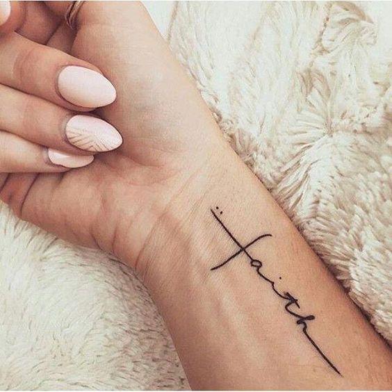 Modelo de tatuagem escrita feminina